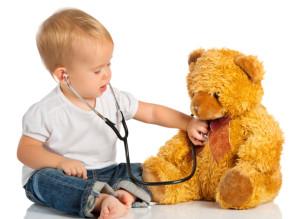 игры, с детьми, игра в больницу, сюжетно-ролевая игра, лечит, ребенок, дети, детям