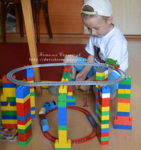 играет, лего, конструктор, дети, детям, игры, чем занять ребенка, конструирует, паровозики, игрушки, игры